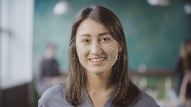 Stående av den attraktiva asiatiska affärskvinnan på vindkontoret Lyckade vänd, blickar omkring och le för kvinnlig arbetare royaltyfri bild