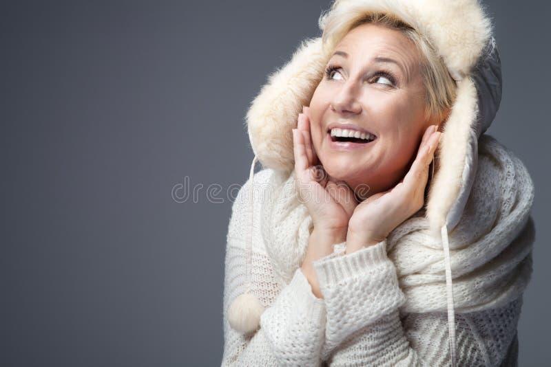 Stående av den attraktiva blonda damen arkivfoto