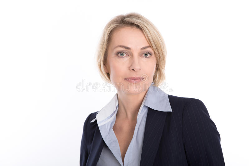 Stående av den attraktiva blonda mogna affärskvinnan som isoleras på wh royaltyfria foton