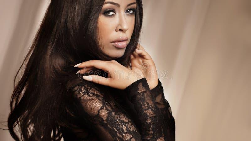 Stående av den attraktiva brunettdamen. arkivfoton