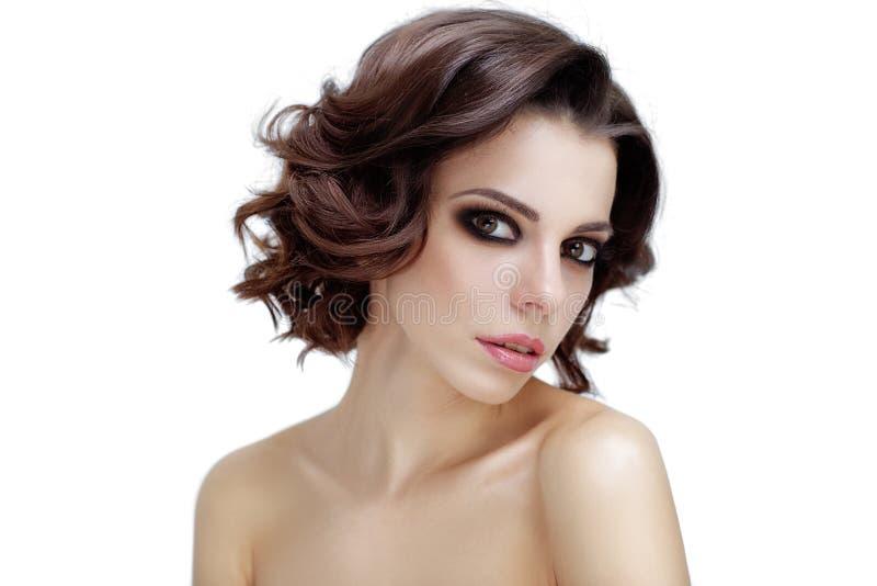 Stående av den attraktiva caucasian kvinnabrunetten perfekt hud fotografering för bildbyråer