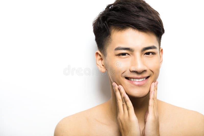 stående av den attraktiva framsidan för ung man royaltyfria foton