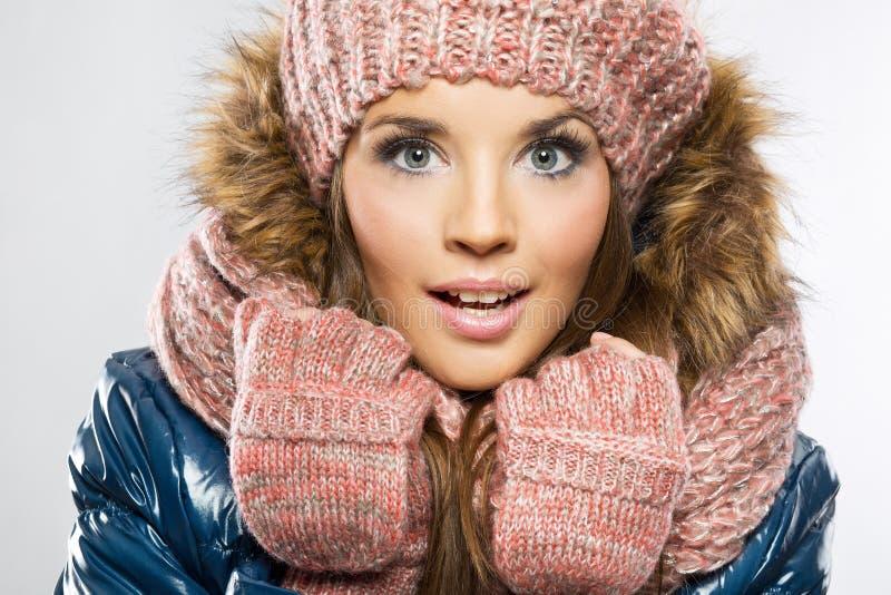 Stående av den attraktiva härliga unga le bärande gloen för kvinna fotografering för bildbyråer