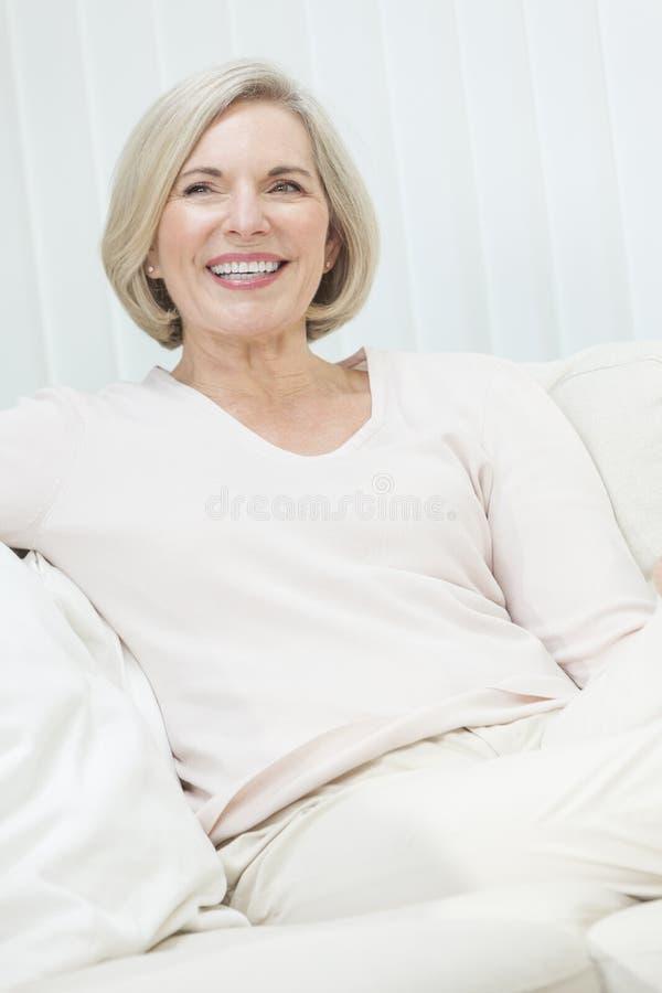 Stående av den attraktiva höga kvinnan arkivfoto