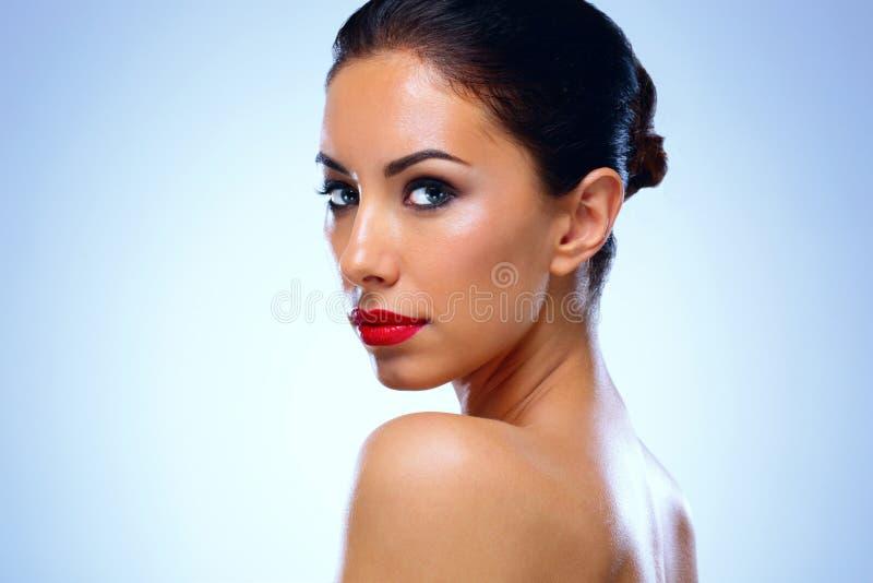 Stående av den attraktiva kvinnan med den gulliga framsidan royaltyfri bild
