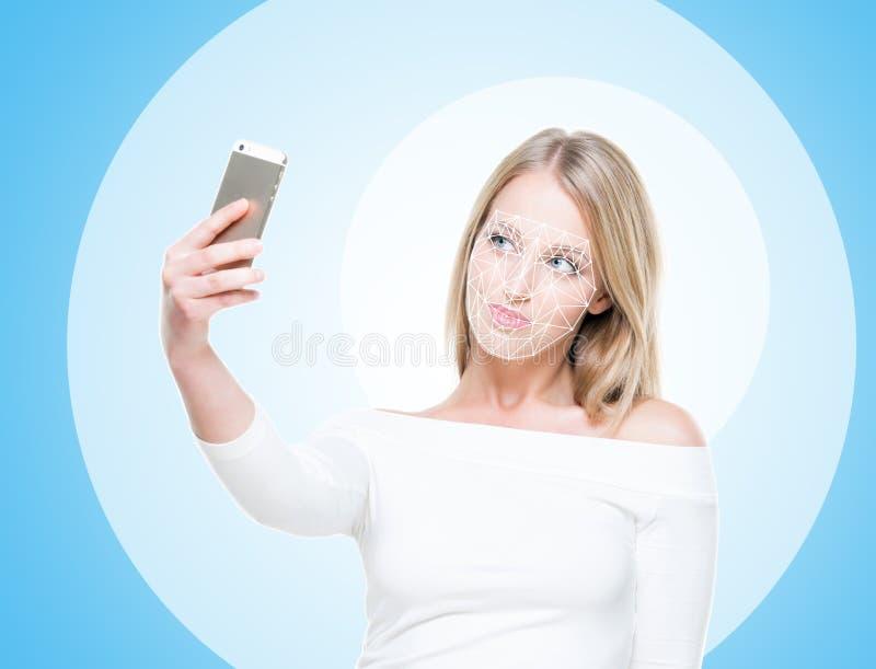 Stående av den attraktiva kvinnan med ett scnanning raster på hennes framsida FramsidaID, säkerhet, ansikts- erkännande, framtida arkivbild
