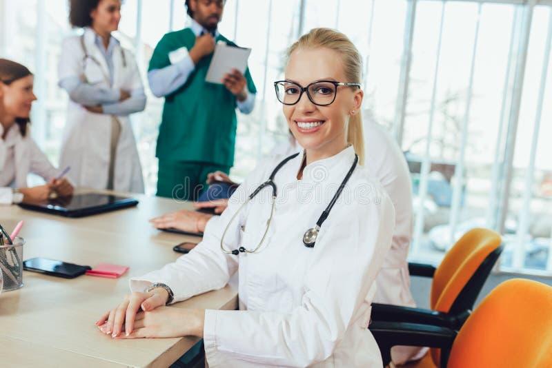 Stående av den attraktiva kvinnliga doktorn på sjukhuset som ser kameran arkivbild