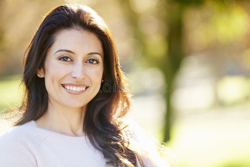 Stående av den attraktiva latinamerikanska kvinnan i bygd royaltyfri foto