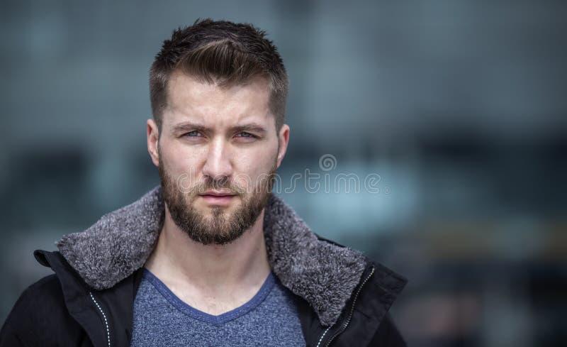 Stående av den attraktiva mannen med ett öppet omslag royaltyfri foto