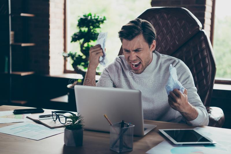 Stående av den attraktiva onda galna skövlade lösa rasande utövande negationen för finansiär för marknadsförare för partnerföreta arkivbild