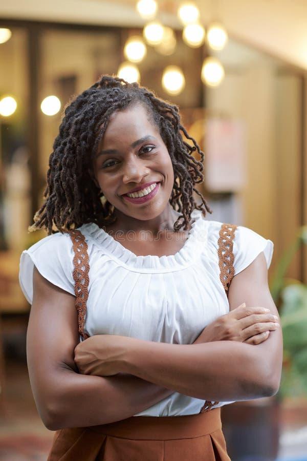 St?ende av den attraktiva svarta kvinnan royaltyfri fotografi