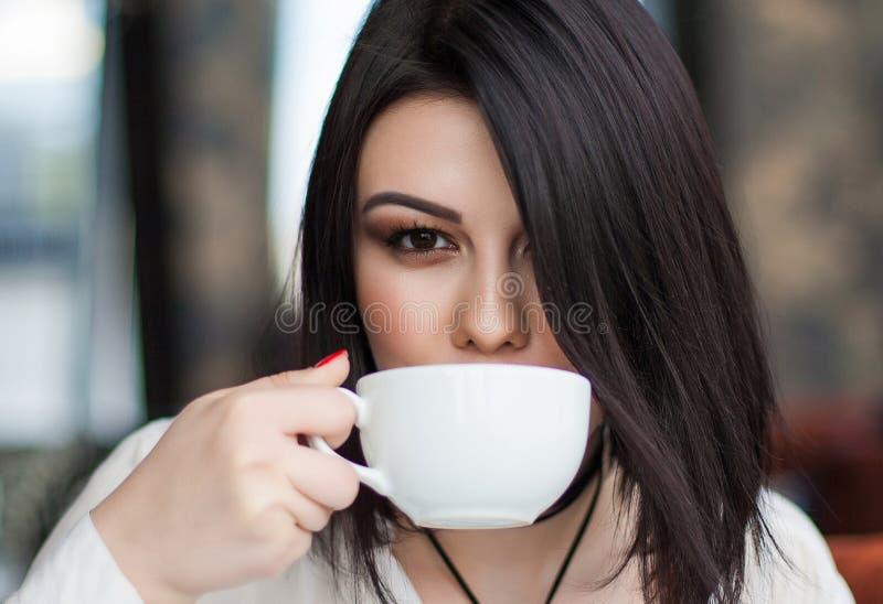 Stående av den attraktiva unga enkla brunettkvinnlign som har thoug royaltyfri fotografi