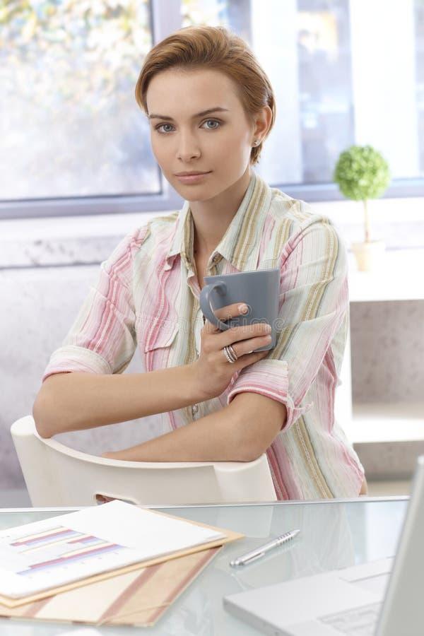 Stående av den attraktiva unga kvinnan arkivfoton