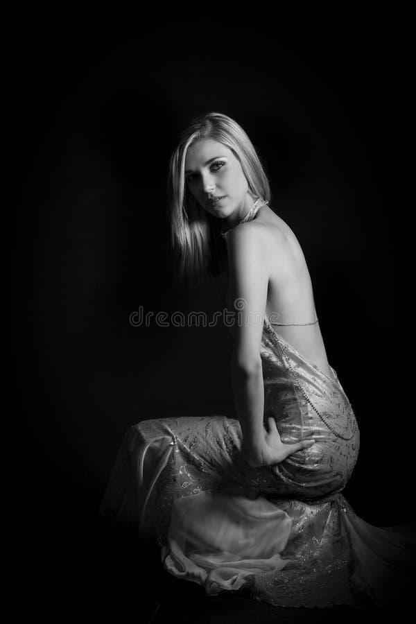 Stående av den avslöjande aftonklänningen för härlig blond kvinna fotografering för bildbyråer