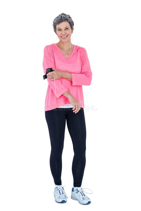 Stående av den bärande armbindeln för lycklig passformkvinna arkivbilder