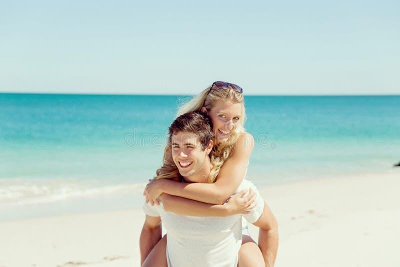 Stående av den bärande flickvännen för man på hans baksida royaltyfri bild