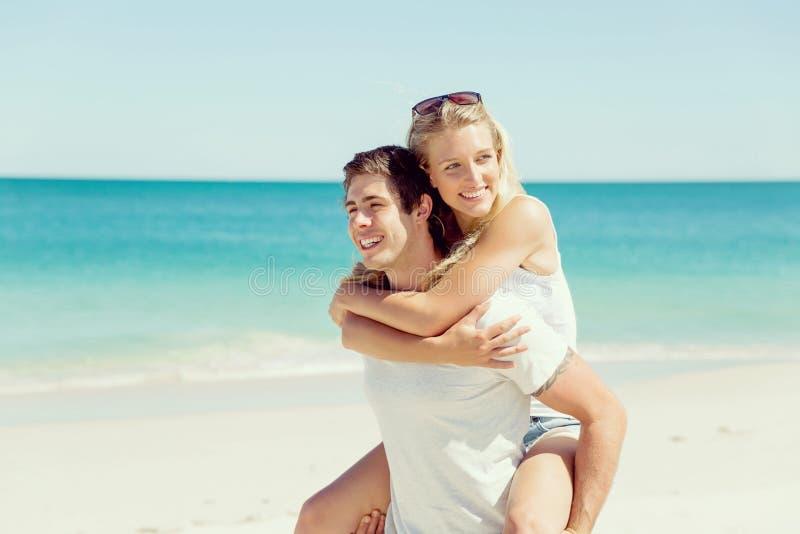 Stående av den bärande flickvännen för man på hans baksida arkivfoto