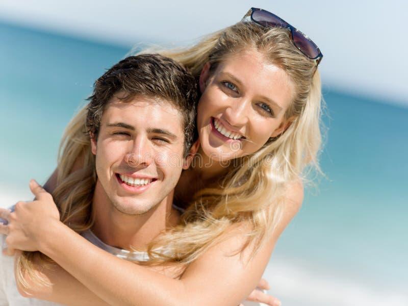Stående av den bärande flickvännen för man på hans baksida royaltyfri foto