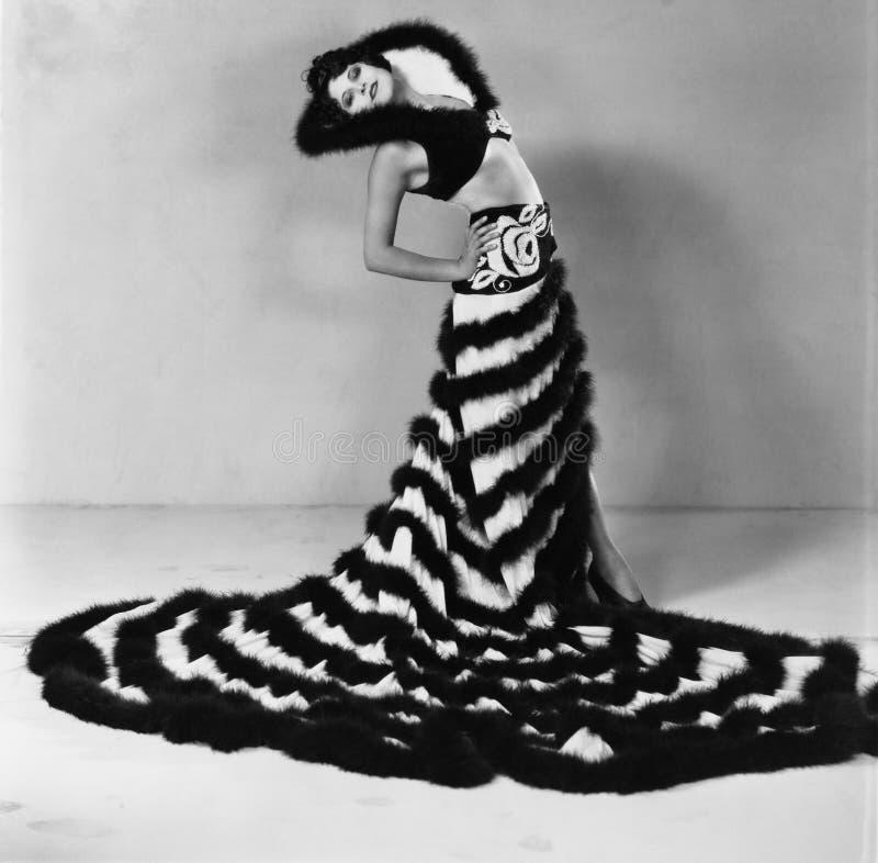 Stående av den bärande klänningen för kvinna med det långa drevet (alla visade personer inte är längre uppehälle, och inget gods  arkivbild
