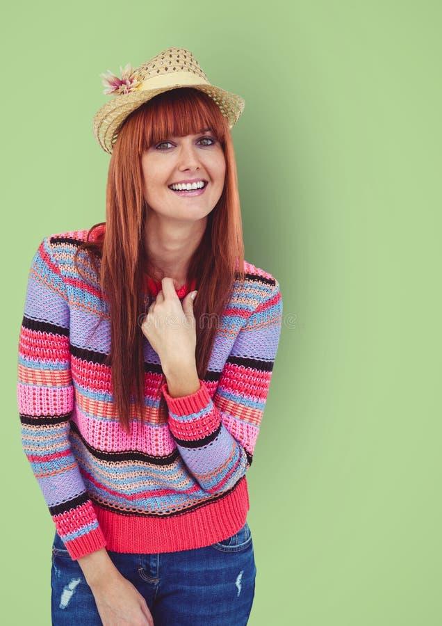 Stående av den bärande tröjan för lycklig kvinnlig hipster mot grön bakgrund royaltyfria bilder