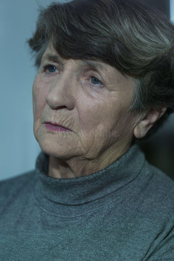 Stående av den bekymrade äldre kvinnan arkivbild