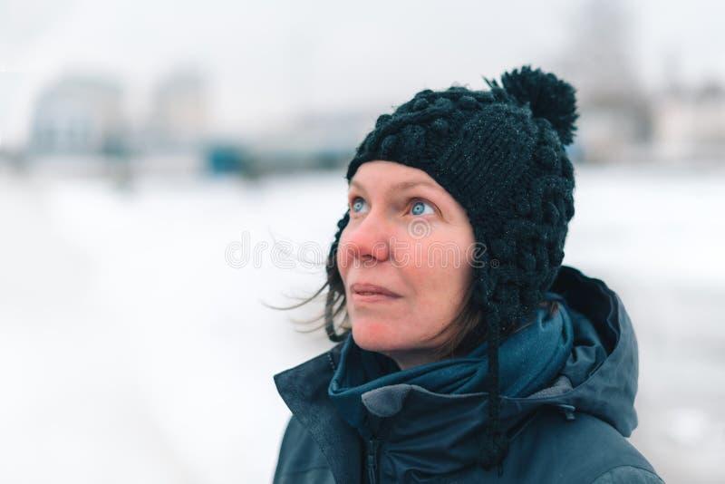 Stående av den bekymrade kvinnan i snöig det fria arkivfoto