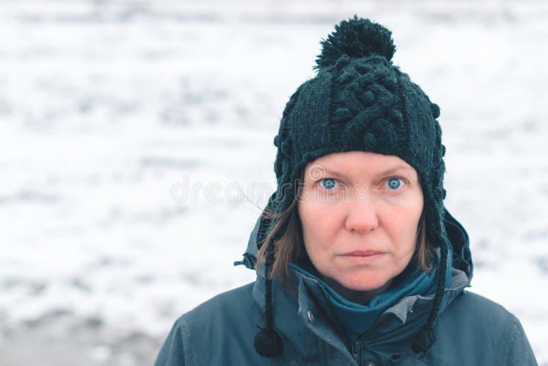 Stående av den bekymrade kvinnan i snöig det fria arkivfoton