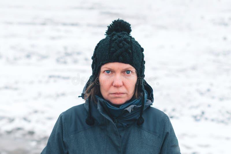 Stående av den bekymrade kvinnan i snöig det fria royaltyfria bilder