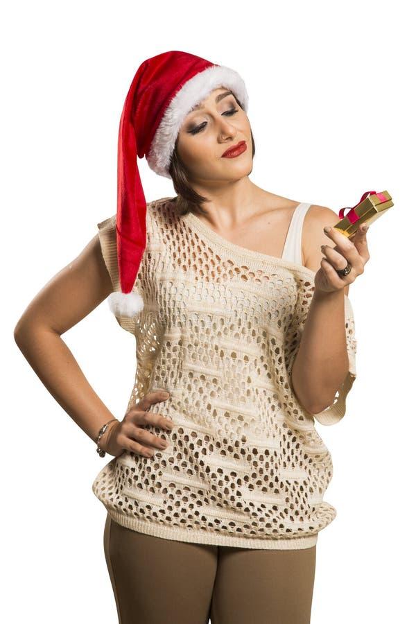 Stående av den besvikna hållande julgåvan för ung kvinna i w arkivbilder