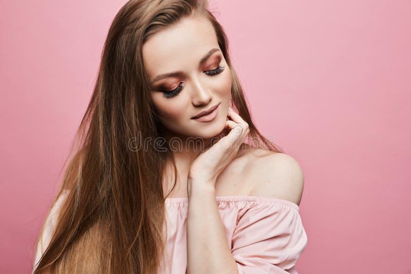 Stående av den blonda flickan för härlig modell med ljus yrkesmässig makeup och stängda ögon, i trendig blus med royaltyfria bilder