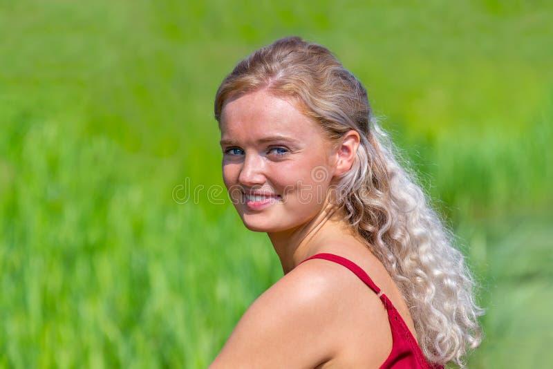 Stående av den blonda holländska flickan i natur royaltyfria bilder