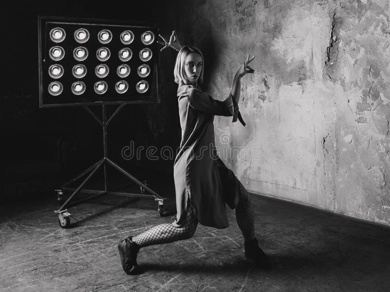 Stående av den blonda kvinnadansen i vinden arkivfoto