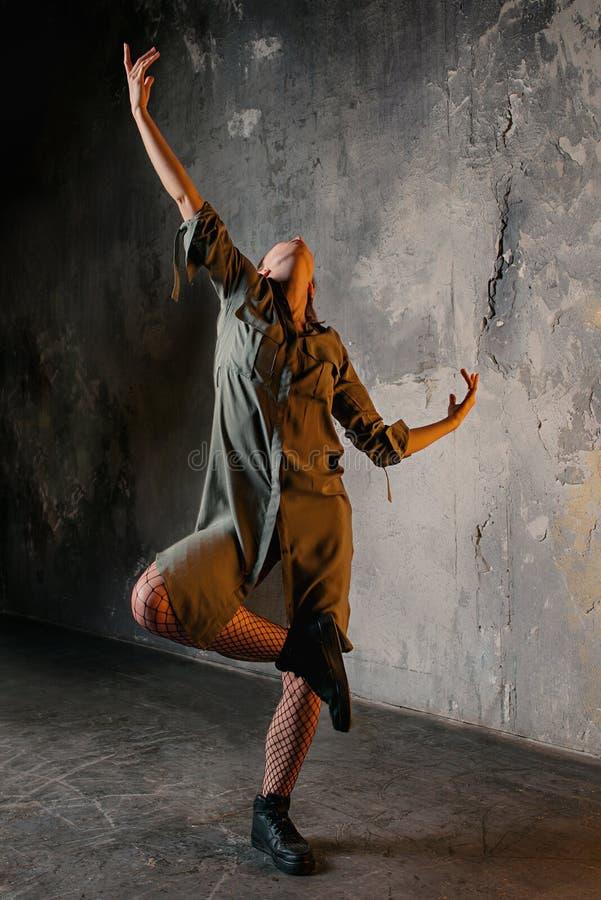 Stående av den blonda kvinnadansen i vinden fotografering för bildbyråer