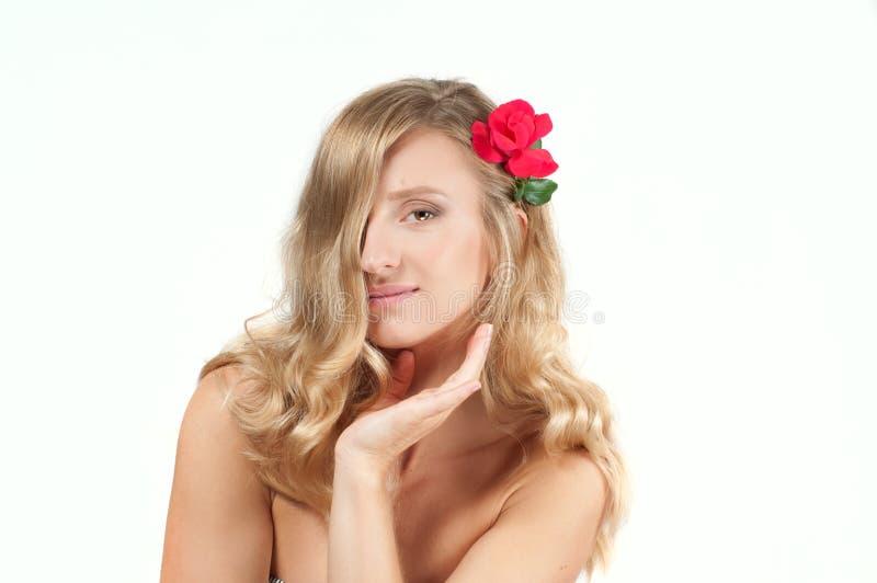 Stående av den blonda kvinnan med långt sunt hår Skönhet och brunnsort, flicka med perfekt hud royaltyfria bilder
