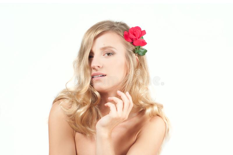 Stående av den blonda kvinnan med långt sunt hår Skönhet och brunnsort, flicka med perfekt hud arkivfoto