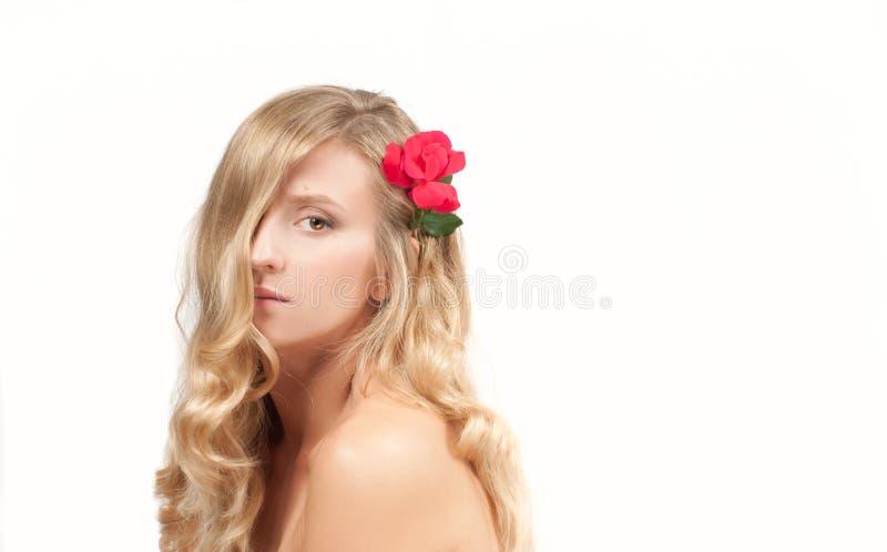 Stående av den blonda kvinnan med långt sunt hår Skönhet och brunnsort, flicka med perfekt hud royaltyfri foto