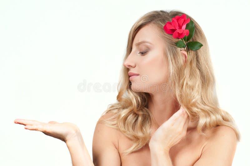 Stående av den blonda kvinnan med långt sunt hår Skönhet och brunnsort, flicka med perfekt hud royaltyfria foton