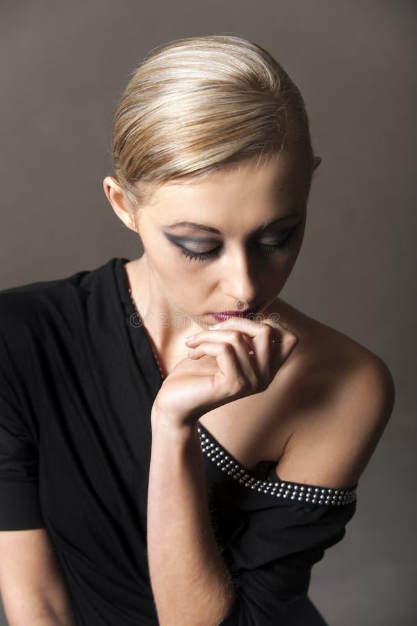 Stående av den blonda kvinnan som bär lättretlig makeup royaltyfri foto