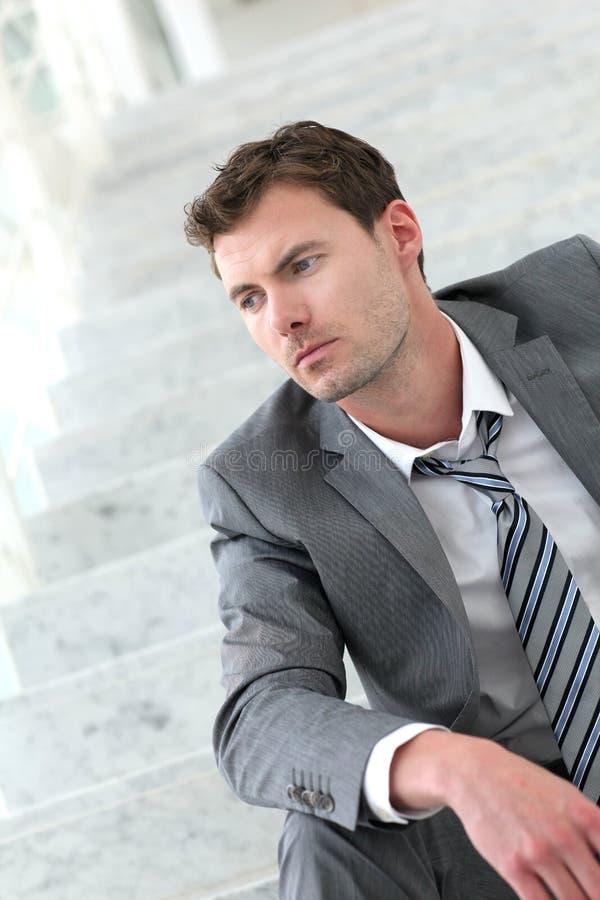 Stående av den borttappade fundersamma affärsmannen som hans jobb royaltyfria foton