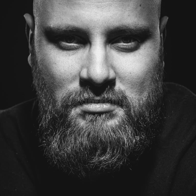 Stående av den brutala mannen med ett skägg arkivfoton
