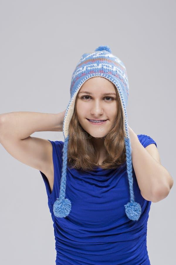 Stående av den Caucasian blonda tonåringen med tandkonsoler fotografering för bildbyråer