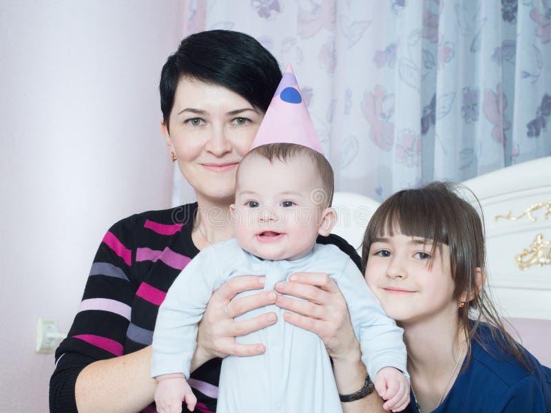 Stående av den caucasian familjen på lycklig födelsedag fotografering för bildbyråer