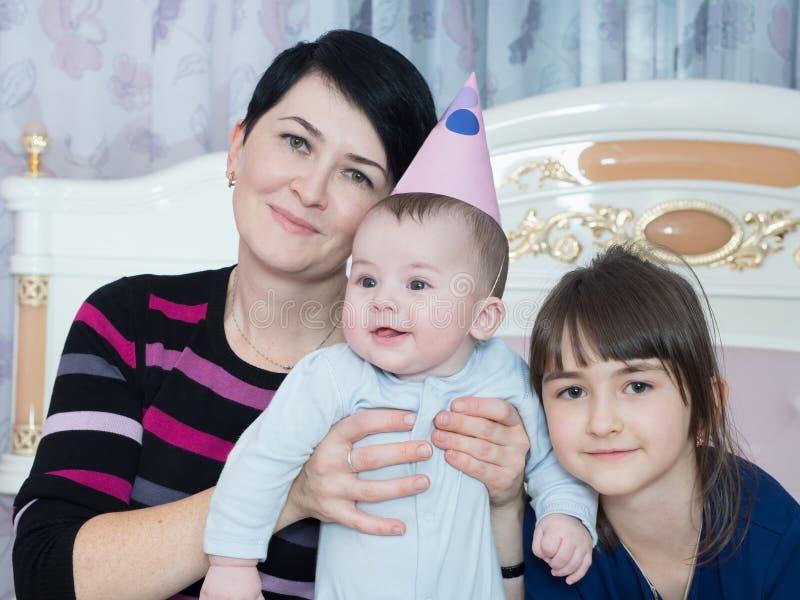 Stående av den caucasian familjen på lycklig födelsedag royaltyfri fotografi
