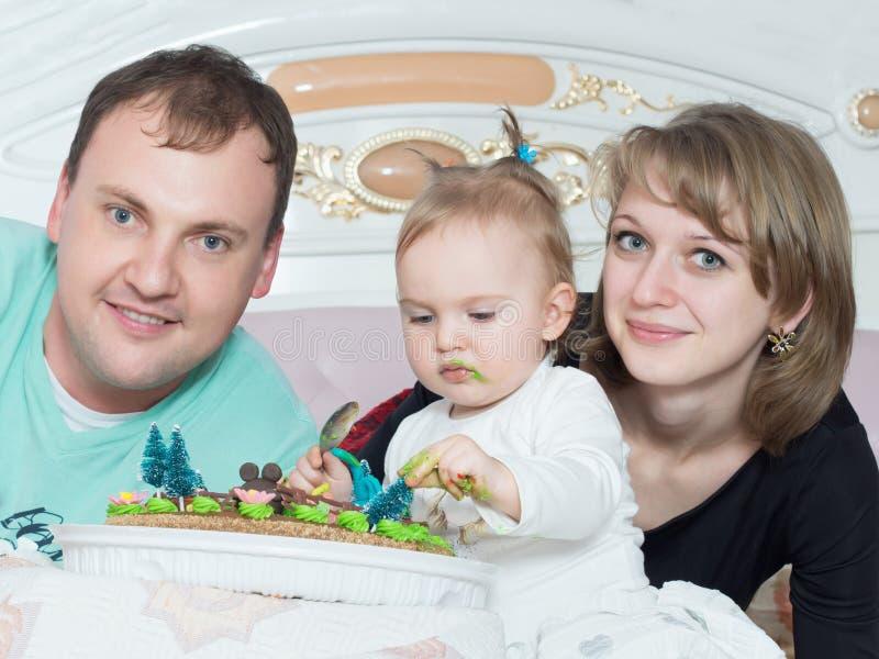 Stående av den caucasian familjen på lycklig födelsedag med kakan royaltyfri fotografi