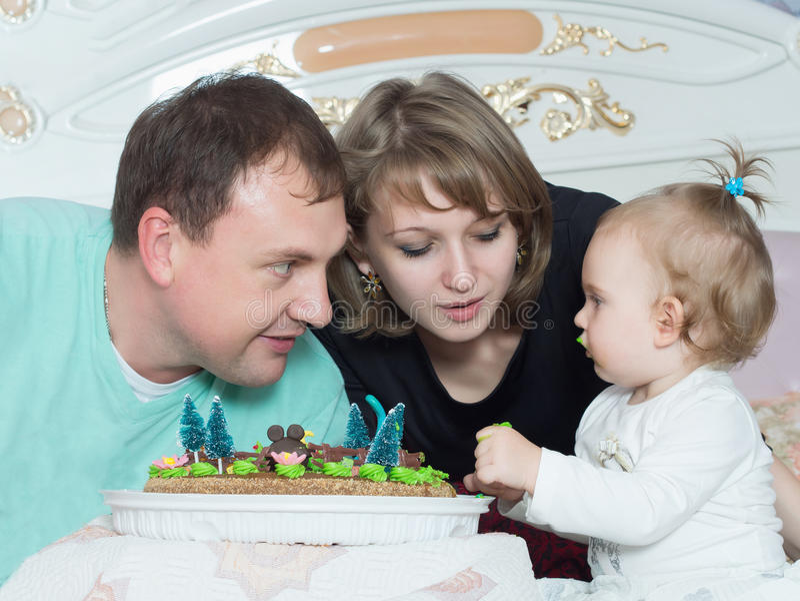 Stående av den caucasian familjen på lycklig födelsedag med kakan royaltyfria foton