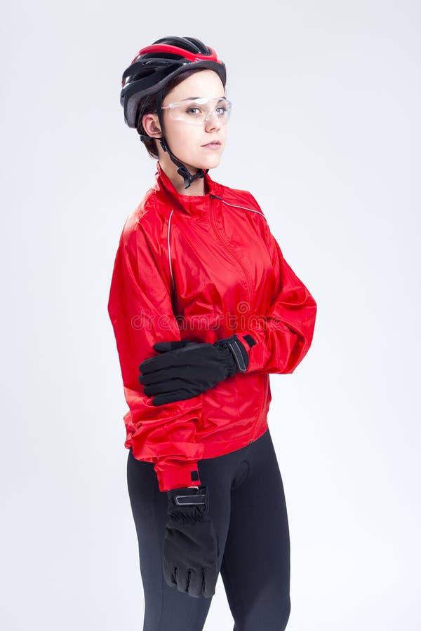 Stående av den Caucasian kvinnliga cykla idrottsman nen Posing Equipped i yrkesmässig dräkt i studio fotografering för bildbyråer