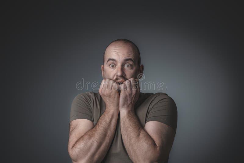 Stående av den caucasian mannen med förskräckt uttryck som kommer med hans händer till hans framsida royaltyfria bilder