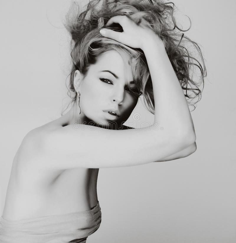 Stående av den caucasian unga kvinnan med blont hår fotografering för bildbyråer