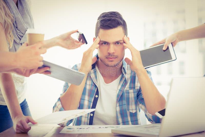 Stående av den deprimerade affärsmannen med huvudet i hand royaltyfri foto