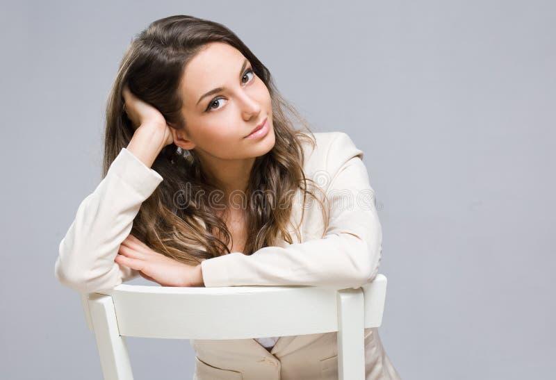 Eftertänksam ung affärskvinna. royaltyfri bild